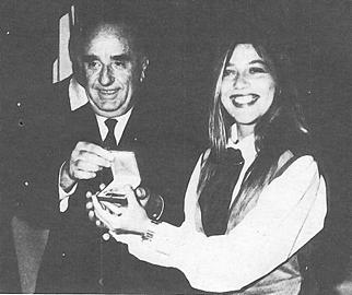 Angela Bandini, primatista mondiale di immersione in apnea (107 metri!), riceve da Camporesi la Palma d'Oro 1989